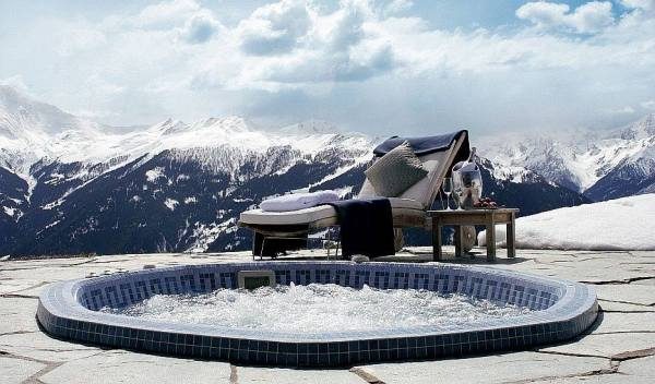 Could you imagine a more perfect setting?  Unfortunately this hot tub is thousands of miles away. (Source)
